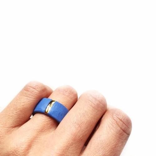 Maži Dalykai. Mėlynas porceliano unisekso žiedas su auksine linija